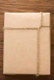 Cadre emballé enveloppé par colis sur le bois photos stock