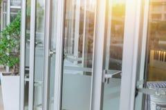 Cadre en aluminium moderne de vitraux d'ouverture photos libres de droits
