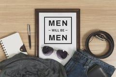 Cadre en bois avec l'espace de copie et les équipements et les accessoires occasionnels du ` s d'hommes Photos stock