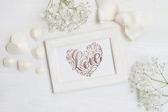 Cadre en bois avec la carte d'amour d'inscription pour le jour du ` s de St Valentine dans le style rustique avec l'endroit pour  Photographie stock