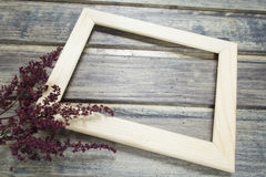 Cadre en bois avec la décoration sèche de fleur sur la table en bois Photographie stock libre de droits