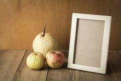 Cadre en bois avec le fruit de l'espace et de gâchette images stock