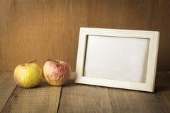 Cadre en bois avec le fruit de l'espace et de gâchette photos libres de droits