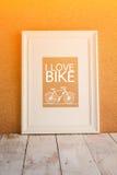 Cadre en bois blanc avec l'icône de bicyclette Photographie stock