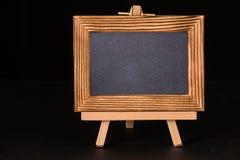 Cadre en bois de photo de vintage sur le fond noir photos stock