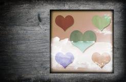Cadre en bois de vintage avec l'icône de coeurs et les nuages blancs de ciel bleu i Images libres de droits