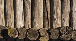 Cadre en bois fait de vieux rondins et conseils image stock