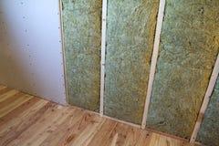Cadre en bois pour de futurs murs avec des plats de cloison sèche isolés avec photo libre de droits