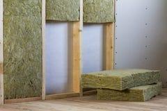 Cadre en bois pour de futurs murs avec des plats de cloison sèche isolés avec photographie stock libre de droits
