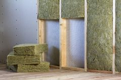 Cadre en bois pour de futurs murs avec des plats de cloison sèche isolés avec image libre de droits