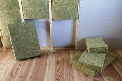Cadre en bois pour de futurs murs avec des plats de cloison sèche isolés avec photos stock