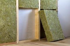 Cadre en bois pour de futurs murs avec des plats de cloison sèche isolés avec photo stock