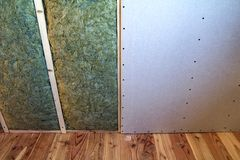 Cadre en bois pour de futurs murs avec des plats de cloison sèche isolés avec images stock