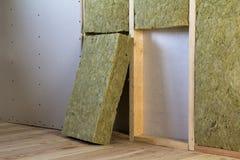 Cadre en bois pour de futurs murs avec des plats de cloison sèche isolés avec image stock
