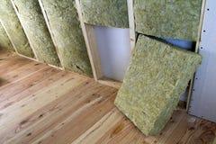 Cadre en bois pour de futurs murs avec des plats de cloison sèche isolés avec photographie stock
