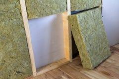 Cadre en bois pour de futurs murs avec des plats de cloison sèche isolés avec photos libres de droits