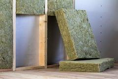 Cadre en bois pour de futurs murs avec des plats de cloison sèche isolés avec le personnel d'isolation de laine et de fibre de ve photos libres de droits