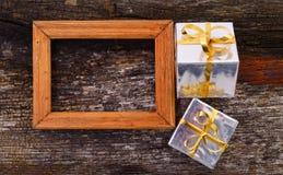 Cadre en bois sur le fond en bois de table Photos stock