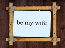 Cadre en bois sur le fond en bois L'inscription, soit mon épouse Photographie stock libre de droits