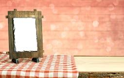 Cadre en bois sur le tissu avec le fond de bokeh Images libres de droits