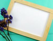 Cadre en bois vide de photo et jour de valentines sec de fleurs Photo stock