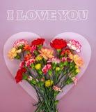 Cadre en forme de coeur de fleurs d'oeillet photographie stock libre de droits
