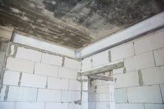 Cadre en métal pour l'intérieur de protection de bâtiment de tremblement de terre structures Tremblement de terre-résistantes ave images libres de droits