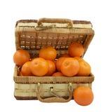 Cadre en osier rempli de mandarines au-dessus de blanc Photographie stock
