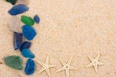 Cadre en verre d'étoiles de mer et de plage images stock
