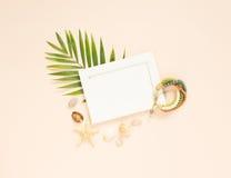 Cadre et articles vides de vacances d'été sur le fond de crème Coquillages et étoiles de mer Foyer sélectif Place pour le texte C photographie stock