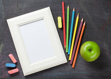 Cadre et fournitures scolaires de photo sur le fond de tableau noir Photographie stock libre de droits