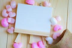 Cadre et sac de dessin blancs vides entourés par coeur rose Images libres de droits