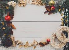 Cadre fait main de décoration de Noël sur l'espace en bois blanc de copie de fond Photographie stock