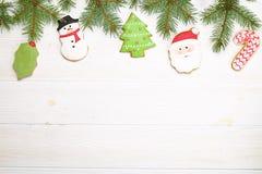 Cadre fait maison de biscuit de pain d'épice de Noël sur la vue supérieure en bois de table avec l'espace de copie Photos stock