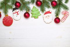 Cadre fait maison de biscuit de pain d'épice de Noël sur la vue supérieure en bois de table avec l'espace de copie Photographie stock