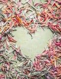 Cadre floral de coeur fait avec les pétales en pastel colorés, vue supérieure, configuration plate Amour créatif de fleurs Images stock