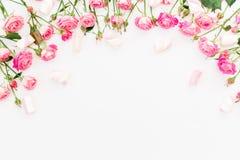 Cadre floral fait de roses et guimauve roses sur le blanc Configuration plate, vue supérieure Image libre de droits