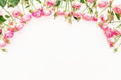 Cadre floral fait de roses roses sur le fond blanc Configuration plate, vue supérieure Photo libre de droits