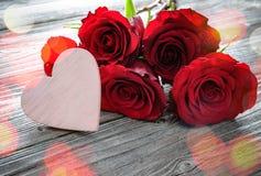 Cadre floral romantique avec des roses et coeur sur le fond en bois Images stock