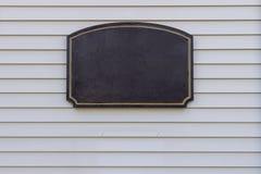 Cadre foncé de panneau de signe pour l'adresse sur le fond de planches de voie de garage photos stock