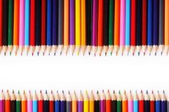 Cadre horizontal d'un grand nombre de crayons colorés sur b blanc Photos stock