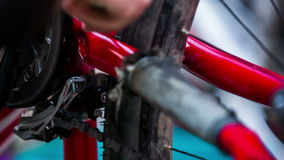 Cadre humain de nettoyage de main de bicyclette avec clips vidéos
