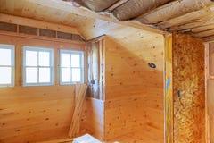 cadre intérieur d'une nouvelle maison en construction des murs en bois Image stock