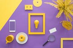 Cadre jaune sur le fond violet Photos stock