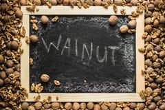 Cadre mûr de noix autour de tableau noir vide Photo stock
