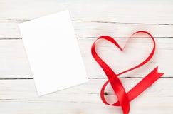 Cadre ou carte cadeaux de photo avec le ruban en forme de coeur de valentines Photo libre de droits