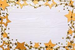 Cadre plat de configuration de grandes et petites étoiles des confettis Perles d'or des étoiles d'éclat Photo stock