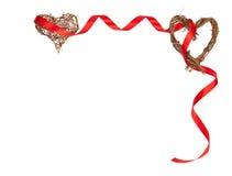 Cadre romantique d'isolement des coeurs en bois et du ruban rouge avec l'espace de copie Photos libres de droits