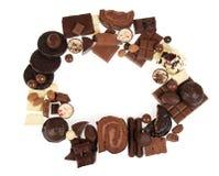 Cadre rond de la variété de chocolats d'isolement sur le fond blanc Photo libre de droits