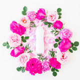 Cadre rond des roses roses, des pétales roses et du shampooing sur le fond blanc Configuration plate, vue supérieure Configuratio Images stock
